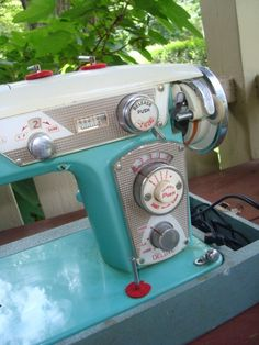 vintage sewing machine - I just want this because it is so PRETTY! Sewing Art, Sewing Rooms, Love Sewing, Sewing Machine Accessories, Vintage Sewing Notions, Antique Sewing Machines, Quilting Room, Vintage Turquoise, Dressmaking
