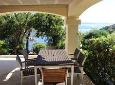 Location Vacances! Les pieds dans l'eau, appartement en villa, de 2 à 6, à Giens. Farniente assurée grâce à sa grande terrasse couverte.  #LocationsVacances #MediaVacances #Appartement #Mer #Soleil