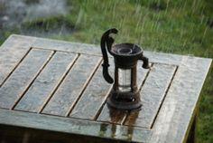 Regenmeter in de vorm van een pomp is een prachtige decoratie voort de tuin, tevens is het natuurlijk een mooi  meettoestel om de hoeveelheid gevallen neerslag gedurende een bepaalde tijdsperiode op te vangen en op te meten.  Het maatglas kan eenvoudig uit de gieter worden gehaald om na het opmeten te ledigen. Bereik tot en met 8 cm regenmeter of 80 liter neerslag per m².  Maten: CA 10,5 cm x  8 cm x 17,4 cm.