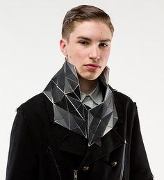 Lorenz Mager ha diseñado un accesorio para el cuello de naturaleza arquitectónica Una pieza de joyería contemporánea para el cuello en base a polipropileno,poliuretano laminado, acero e imánes, hecha para transmitir el drama de la naturaleza