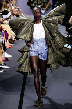 """Viktor & Rolf Alta Costura otoño-invierno 2017-2018, París  Diseños de nylon tipo anorak, aunque a veces parecen hechos vestido con todos estos detalles,  están confeccionados a mano. Realidad aumentada - este es el concepto de la marca. Es """"la realidad surreal que vivimos"""" han dicho Viktor & Rolf. #coleccion #desfile #altacostura #semanadelamoda #paris #blog #fashion #fashionblog #collection #luxury #style #designer #design #details #hautecouture #fashionweek #viktorandrolf"""