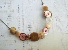 Pretty vintage button necklace... I'd love to try this!