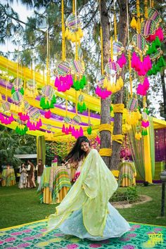 Gone are the days when one was way too extravagant with the Mehendi budget and went through over-the-top creativity. In 2018, it's all about minimal and DIY so we have curated these best 25+ DIY budge...
