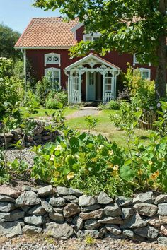 Traditional old Swedish country cottage Swedish Cottage, Cute Cottage, Red Cottage, Swedish House, Garden Cottage, Cottage Homes, Cottage Style, Palomar, Red Houses