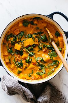 Delicious Vegan Butternut Squash Curry Recipe - ready in 45 minutes! Ketoarian - sub half of squash with zuccini Vegetarian Curry, Vegan Curry, Vegetarian Recipes, Healthy Recipes, Delicious Recipes, Tasty, Vegan Butternut Squash Recipes, Butternut Squash Curry, Spinach Curry