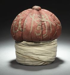 circular base probably wood, wrapped with white woolen scarf, & the upper, domed part designed as a turban with stylised folds, & a red calligraphic silk cloth. Islamic World, Islamic Art, King Hat, Ottoman Turks, Woolen Scarves, Turkish Delight, Turban, Moorish, World Cultures