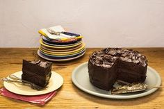 É o bolo de aniversário perfeito. Você pode preparar no dia anterior e deixar na geladeira. O preparo tem bastante etapas, mas tudo se encaixa: enquanto a ganache atinge o ponto ideal para confeitar, você assa o bolo e prepara a calda. Quando o bolo fica pronto, ganache e calda estão no ponto certo para a montagem.