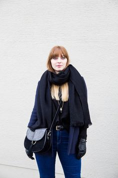 navy blazer, black knit, Overknees, over the knee boots, how to wear, winter, outfit, look, streetstyle, blogger, ootd, blond, fringe