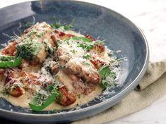 Kycklingrullader som fylls med sidfläsk och tillagas i gräddsås med vitt vin och basilika. Servera med klyftpotatis och parmesan.