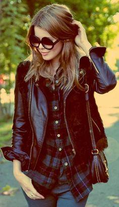 Nos encanta la combinación muy chic de leather (cuero) con una camisa de cuadros.