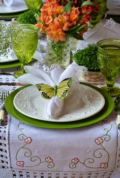 Elegant Easter Tablescapes & centerpieces - Hike n Dip Green Table, Beautiful Table Settings, Elegant Table, Table Arrangements, Easter Table, Deco Table, Decoration Table, Decoration Crafts, Dinner Table