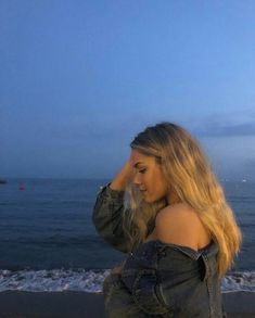M A R G O T L E E una noche hermosa – girl photoshoot poses Insta Photo Ideas, Insta Pic, Poses Pour Photoshoot, Poses Photo, Foto Casual, Beach Poses, Instagram Pose, Poses For Pictures, Summer Aesthetic