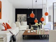 Salon noir blanc suspension coussin orange