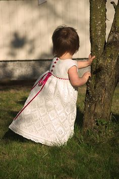 Kjolen kan laves kort eller lang, med korte eller lange ærmer, i tyndt eller tykkere garn. Her i bomuld på pinde mm.