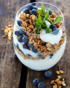 Iogurte com granola e mirtilos