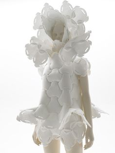 Tokyo Fiber Senseware an exhibition directed by Japanese designer Kenya Hara. Material description: SMASH™, a special polyester filament non-woven fabric, has the advantage of its thermoplasticity and its shape can be easily changed when heated. Collar Circular, Fashion Art, Fashion Design, Paper Fashion, Runway Fashion, Podium, Sculptural Fashion, White Texture, Shades Of White