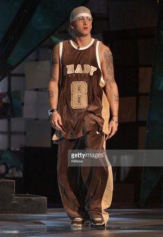Eminem during 2003 MTV Video Music Awards - Show at Radio City Music Hall in New York City, New York, United States. Get premium, high resolution news photos at Getty Images Eminem Style, Eminem Rap, Arte Lowrider, Eminem Wallpapers, Rapper, Mtv Video Music Award, Music Awards, Arte Hip Hop, Eminem Photos