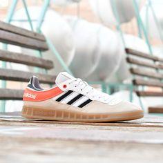 reputable site 2a615 4c2c0 adidas Originals Handball Top Blanca Rayas negras y Suela de Caramelo