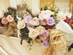 アーヴェリール迎賓館  今回ご紹介させていただく装花は 「アンティーク」をテーマに 落ち着きのあるランタンや本などのモチーフと 渋いお色味の装花をまとめさせていただきました。  お花は バラ(フォルム・サーシャ・ミュスカデ)など 落ち着いた色が素敵なお花と、 イタリアンバジル・ビバーナムティヌス・ユーカリなど 渋い色味が素敵な実ものやグリーンを合わせています。