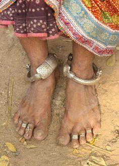 Meghwal tribale donna (Gujarat).  Gioielli.  La gente di tribù Meghwal sono originario di Marwar nel Rajasthan.  In questi giorni si trovano anche vivere in Gujarat occidentale, vicino al confine con il Pakistan.  In Pakistan, per lo più vivono in Meghwals Tharparker, Badin, Mirpurkhas, e quartieri Umerkot mentre nel sud del Punjab.  Marwar è la regione del Rajasthan in India, che si trova nel deserto del Thar.  Vivono in piccoli villaggi di tutto, di mattoni di fango capanne dipinte…