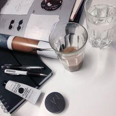 """""""Skrivbordsmåndag ✏️#granit #andotherstories #makeupstore #cafemagazine"""""""