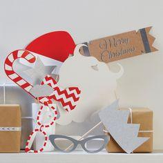 Zehn Photo Booth Props in X-Max Christmas Metallics Design für deine Party. Diese Photo Booth bringt jeden zum Lachen. Verteilen Sie einfach die Foto Accessoires an Weihnachten Party Gäste und schießen Sie Fotos, die keiner vergessen wird. Foto - Accessoires wie eine Weihnachtsmann Bart, Roter Weihnachtsmütze, Silber Stern, Silber Lippen, Rot - Weiße Brille, Silber Brille, Silber Krone, Flagge mit Schriftzug Merry Christmas, ein Chevron Krawatte und Zuckerstange rot-weiß gestreift!