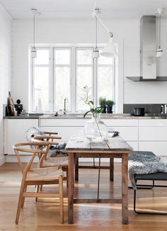 Nice This Pin was discovered by House of Hipsters – Eclectic Home Decor, Interior Design, Styling Expert, Flea Market Finds, Mid-Century Modern. Discover (and save! Dining Room Design, Dining Area, Kitchen Dining, Cosy Kitchen, Open Kitchen, Dining Rooms, Dining Bench, Dining Chairs, Estilo Interior