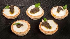Bruno Oteiza prepara un aperitivo de tartaletas rellenas de brandada de bacalao, puré de aceitunas negras y berza salteada.