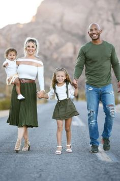 Family Photography Outfits, Family Portrait Outfits, Fall Family Portraits, Outdoor Family Photography, Family Portrait Poses, Family Posing, Family Generation Photography, Fall Family Picture Outfits, Cute Family Photos