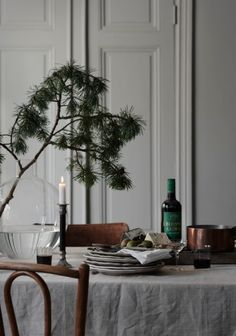 6 Stylish holiday deco ideas using bistro chairs (Daily Dream Decor) Christmas Mood, Noel Christmas, Xmas, Scandinavian Christmas, Scandinavian Home, Scandinavian Countries, Minimal Christmas, Bistro Chairs, Deco Floral