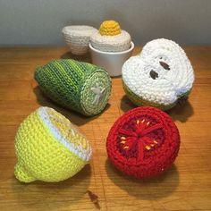 Börjar året lite nyttigare med tomat, gurka, citron, äpple och ägg. #virka #virkat #virkadmat #crochet #crochetfood #hantverk #craft #virkadeleksaker #catania Crochet Fruit, Crochet Food, Diy Crochet, Knitting Squares, Knitting Patterns Free, Crochet Patterns, Crochet Summer Hats, Crochet Ornaments, Crochet Accessories