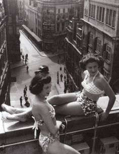Piccadilly rooftop, London, 1953 photo by Bert Hardy (vintage Vintage Pictures, Old Pictures, Old Photos, Les Suffragettes, Vintage Beauty, Vintage Fashion, Morgana Le Fay, Photo Vintage, Robert Doisneau