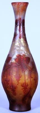 """Cristallerie de PANTIN - Stumpf, Touvier, Viollet & Cie., et DE VEZ, vase ovoïde à haut col doucement évasé et base incurvée en verre multicouche, à décor de branches fleuries de fuchsia dégagé à l'acide, rouge sur fond irisé intercalaire et jaune. Signé """"D e Vez"""" dans le décor, cachet en creux sous la base """"Cristallerie/ de Pantin"""" avec monogramme """"STV&C"""" (pour Stumpf Touvier Viollet et Cié). Hauteur : 40 cm. Ce grand vase avec un fond nacré, rare invention de cette manufacture parisienne…"""
