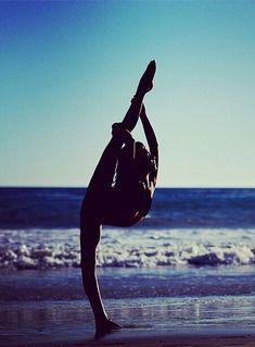 how to do a needle gymnastics ; how to needle gymnastics ; the needle gymnastics Flexibility Dance, Gymnastics Flexibility, Rhythmic Gymnastics, Beach Gymnastics, Olympic Gymnastics, Beach Volleyball, Poses Gimnásticas, Dance Poses, Yoga Poses