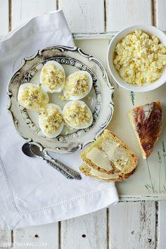Pasta jajeczna z mascarpone Pastą można faszerować jajka lub używać jej do smarowania chleba.