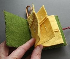 mmmcrafts: needle book ooh, nice idea with the small strip of felt atop the page to simulate the packages needles come in Felt Crafts, Fabric Crafts, Sewing Crafts, Sewing Projects, Felt Projects, Sewing Hacks, Sewing Tutorials, Sewing Patterns, Sewing Kits