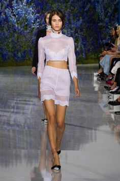 For Dior's spring-summer 2016 collection, creative director Raf Simons embraced a light and airy mood with a collection of pale pastels in chiffon and organza. Europe Fashion, Fashion Week, Paris Fashion, Fashion Show, Fashion Trends, Style Fashion, Fashion Inspiration, Christian Dior, Burberry