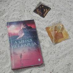 Nagyon szerettem ezt a könyvet, az értékelésemet már megtaláljátok a blogon! 😉---> tclang.blog.hu  #felhohegyibalazs #szenzárkiadó #magyarkönyv #imádomakönyveket #utazókönyv #egypt #sphynx #pyramid #bookstagram #tclang Minden, Marvel, Cover, Books, Instagram, Libros, Book, Book Illustrations, Libri
