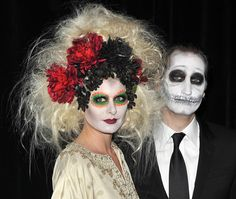 Some celebrities really get into halloween. Here are the best celebrity costumes of all time. Halloween Duos, Holidays Halloween, Halloween Make Up, Halloween Party, Halloween Hair, Most Popular Halloween Costumes, Best Celebrity Halloween Costumes, Cool Costumes, Last Minute Costumes