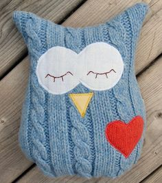 Visto aquí: http://www.etsy.com/listing/83025338/owl-pillow-plush-recycled-wool-cable/