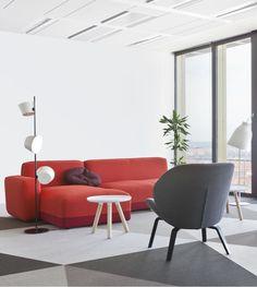 Un salon moderne minimaliste et sobre malgré un grand canapé rouge