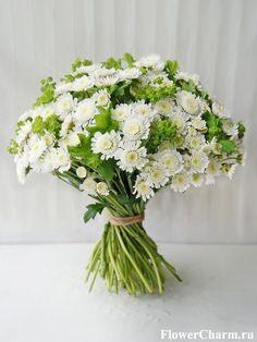 Букет из белой кустовой хризантемы и декоративной зелени