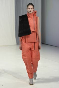 The complete Chalayan Fall 2018 Ready-to-Wear fashion show now on Vogue Runway. Sport Fashion, Love Fashion, Runway Fashion, Fashion Looks, Fashion Outfits, Silhouettes, Structured Fashion, Fashion Details, Fashion Design