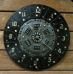 Reloj de pared hecho a mano única de una placa de embrague automotriz (USA) re-purposed. Reloj mide 12 pulgadas a través y características planteadas dorado números y un nuevo movimiento de reloj de cuarzo (toma 1 batería AA - no incluida). Placa de embrague, que fue rescatada de una