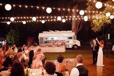 Checa estas ideas para lograr un concepto de boda en tendencia y original con un food truck #bodas #ElBlogdeMaríaJosé #Tendenciasboda #Conceptoboda #Banqueteboda #FoodTruck