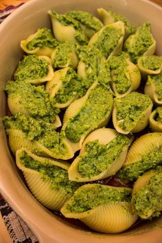 Broccoli and Spinach Stuffed Shells | http://www.ninetodivine.com/divine-recipes/spinach-and-broccoli-stuffed-shells/ | #cleaneating #healthydinner