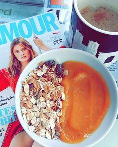 Vacances, wake up, pti déj, lecture Muesli compote de mangue ☕ #vacances #holidays #muesli#bio #avoine #noisette #raisins #noixdecoco #compote#mangue #stewed #mango #coffee #café #cafe #glamour #magazineGlamour #glamourparis #glamourfrance #bowl