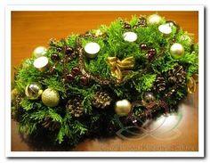 Angela: Bricktray / brick tray 2/1 2 blokken steekschuim.waxinelichthouder brons, kerstballen goud, kleine kerstballetjes ossenbloedrood glans, Denneappel Sylvesters #Bloemschikken #Decoreren pompoenzaden-decoshop.nl