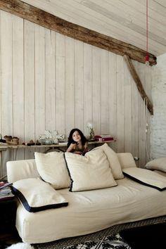 -colombecombréas-karelbalas12 rivestimento in legno bianco e travi naturali