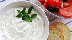 Tzaziki este un sos tradițional grecesc, răcoritor și aromat, pe bază de iaurt și castravete. Obișnuiesc să îl fac în special pe timpul verii, când temperat